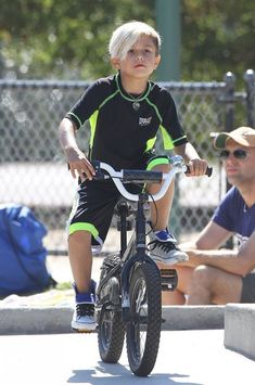 Kingston Rossdale - Pregnant Gwen Stefani Takes Her Sons To The Park