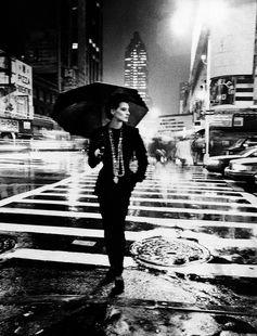 イネス・ド・ラ・フレサンジュの雨の日のシックなスタイル