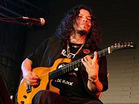 Raimundo Amador tocando la guitarra.