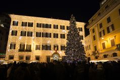 The festive atmosphere of the special #Valentino tribute to Rome in a play of lights infused with the Christmas Carols rhythm. Join us for more Christmas magic on 9th, 15th, 22nd and 29th of December at 5.30pm in Piazza Mignanelli. #ValentinoPerRoma