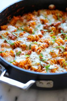 One Pot Baked Ziti - An incredibly easy, no-fuss baked ziti - even the pasta gets cooked right in the pan! Great for busy nights.