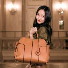 Style statement. #TodsSellaBag #krystaljung #ItalianDiaries #Venice #Tods