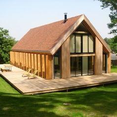 une maison en bois dans les bois