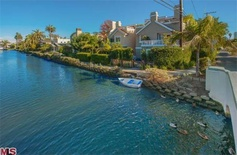 Home on the Historic Venice Canals >> http://coolhouses.frontdoor.com/2013/03/07/cozy-outdoor-living-near-the-venice-canals/?soc=pinterest