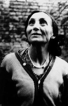 """Bronisława Wajs, llamada Papùśa ('Muñeca'). Esta rromní, de una excepcional personalidad, se dio a conocer como poeta a partir de 1951. Julian Tuwin, autor de """"La Biblia Gitana"""", dice que sus creaciones son """"poesía en estado puro"""". Expresa apasionadamente el sufrimiento de su pueblo en la guerra y su amor por la naturaleza. Ha sido traducida a varios idiomas."""