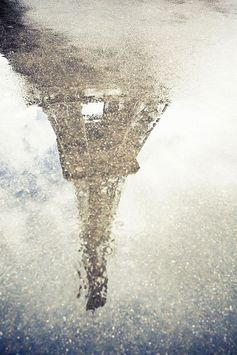 水たまりに映ったエッフェル塔