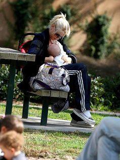Gwen Stefani breastfeeding Gwen Stefani Breastfeeding