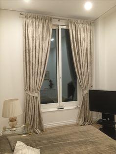 Klassische moderne Fensterdekoration, Stange Messing vernickelt 30mm von Interstil. Stoff Solange mit Klassischer Pfingstrose, Zusammensetzung Seide/ Baumwolle/ Viskose Gardinenband ist eine Flämische Falte