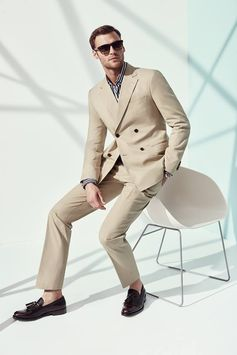 A suit that will handsomely take you from one season into the next, courtesy of the Ferragamo Spring 2017 Men's collection. bit.ly/FerragamoMensReadyToWearSS17
