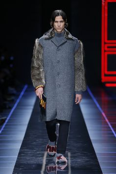 A look from the Fendi Fall/Winter 2017-18 runway show.