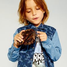 Making friends with new and exciting critters behind the scenes at the SS17 lookbook shoot! Discover the new collection at #StellaMcCartney.com #StellaKids #StellaMcCartneyKids