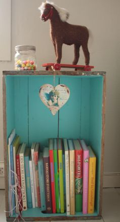 painted crate...love how just the inside is painted. a great book storage. im so doing this