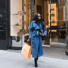 Stunning Naomi Campbell spotted with her Tod's Diodon Bag after some shopping in the Tod's boutique in New York. #TodsDiodonBag #Tods NewYork