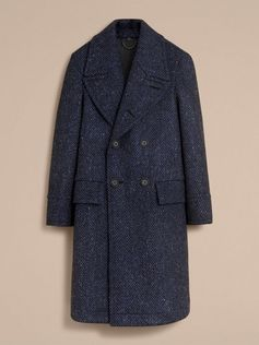 A textured topcoat in Donegal herringbone wool tweed bonded to jersey for an enhanced fit. The soft-shouldered silhouette is cut for a relaxed fit with a wide revere collar and flap pockets.