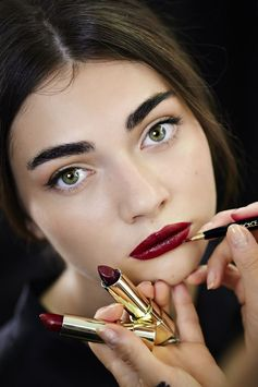 Dolce & Gabbana Spring Summer 2015 beauty. Look by Pat McGrath using Dolce&Gabbana make up products. Berry lips, dark eyebrows and cateye eyeliner.