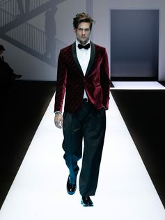 The aesthetic and practical changes in menswear define Emporio Armani's Fall Winter 2017/2018 collection.