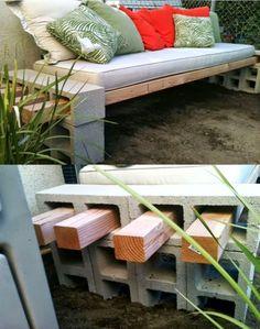 Banco super fácil de fazer com blocos de concreto e pontaletes de madeira.