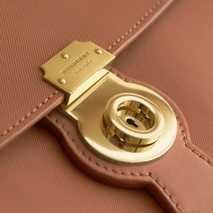 Named after the house code for our signature honey-coloured gabardine, The DK88 is a tribute to the fabric at the heart of Burberry's history and is crafted in our exclusive new Trench Leather. Designed in England, the timeless silhouette reflects British sensibility through its classic and enduring shape and is defined by a structured top handle and a distinctive oversize lock. Carry it in the hand or over the shoulder using the crossbody strap.