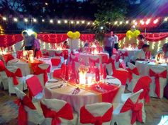 #60thbirthday #redandgold #events #eventstyling #tablescape #lights #venuestyling by: mishees