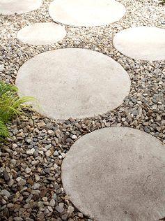 Calçada com placas de concreto brita