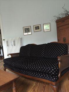 Sofa aus den 30iger Jahren. Wurde mit dem Stoff Sahco Hesslein by Ulf Moritz Regenta neu bezogen. Es sollte gar nicht aus unserer Ausstellung gehen. Aber eine Kundin hat sich in diese schöne Exemplar verliebt und jetzt steht es schon bei ihr zu Hause.