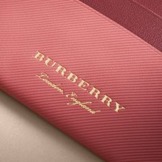 A two-tone neatly sized card case crafted in trench leather, a new material embossed with our very own pattern and a first for Burberry. Trench leather replicates the distinctive twill finish of cotton gabardine, the cloth patented by Thomas Burberry in 1888. The refined style is designed with card slots and a central compartment for folded notes.