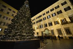 Maison Valentino held a magical Christmas Tree Lighting ceremony in the historic headquarters of Piazza Mignanelli, Rome on December 1st. Creative Director Pierpaolo Piccioli wished all Happy Holidays before he turned on the 40.000 led lights!