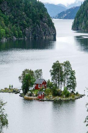 Kleine Wohninsel mitten in Norwegen. Den passenden Koffer für eure Reise findet ihr bei uns: https://www.profibag.de/reisegepaeck/