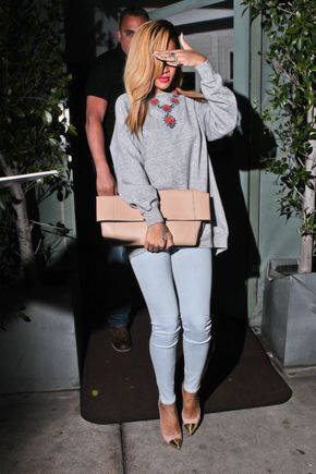 Isyyspakkaus - Skinny jeans, nude and gold heels, baggy oversized grey jumper, statement necklace and oversized nude clutch bag