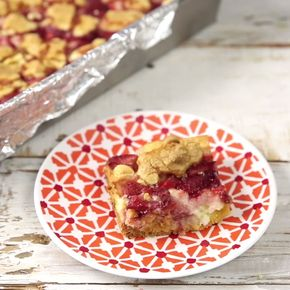 Strawberry Streusel Cheesecake - These strawberry streusel cheesecake bars check all the boxes.
