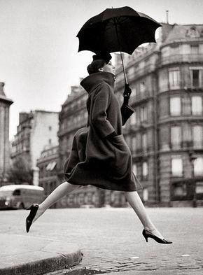 重装備なファッションと黒い傘。 重い印象になりがちな被写体を ジャンプさせることで一気に ファッションの楽しさを引き出している。 あざとくしない技術とアイディアが素晴らしい。