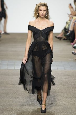 Topshop Unique Spring 2017 Ready-to-Wear Fashion Show - See the complete Topshop Unique Spring 2017 Ready-to-Wear collection.