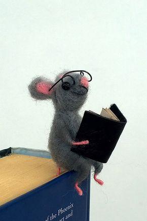 23 Adorables regalos para los amantes de los libros que son demasiado lindos para las palabras - Marcapáginas de ratón leyendo   23 Adorables regalos para los amantes de los libros que son demasiado lindos para las palabras