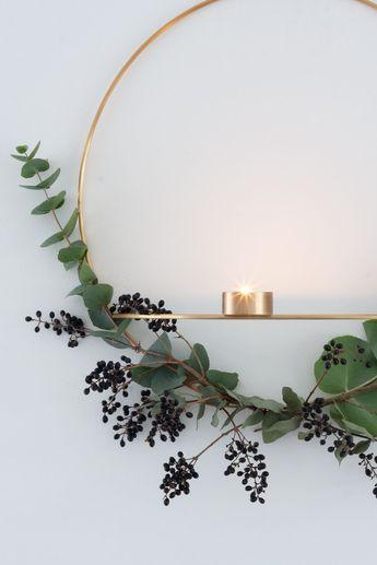 Simpele kerstkrans met eucalyptus en zwarte besjes