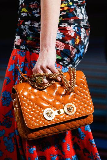 Sfilata Versace Milano - Collezioni Primavera Estate 2019 - Dettagli - Vogue #versacehandbags