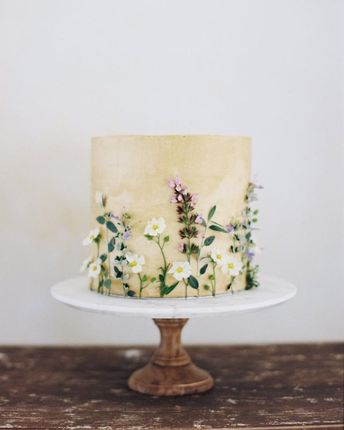 The absolutely divine cake by @madeincake captured by @taylorandporter and styled by @joyproctor for @fluttermag ! Beautiful details from…