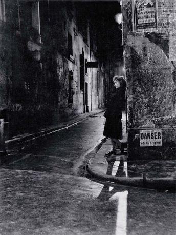Paris la nuit, femme seule qui attend, 1946 (Adolfo Kaminsky)