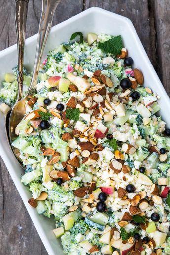 Broccolisalat med æble og græsk yoghurt. Her i sommerferien har jeg fået afprøvet en masse nye opskrifter på salater. Som I måske…