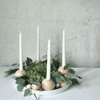 První adventní svíčku si zapálíme již v neděli. 🎄Pokud jste si ještě nestihli adventní věnec nebo svícen koupit nebo vyrobit, směle do toho, už je nejvyšší čas. Někdy stačí jen pár šišek, kamínků, oříšků, dřevěných korálků, větviček, mech, svíčky omotat provázkem, vložit do květináče, hrnku nebo i formy na bábovku. Třeba Vás některý z fotek bude inspirovat.Užívejte krásný předvánoční čas! __________#vanoce #prvniadventninedele #diy #adventnivenec #adventnisvicen #skandinavskydesign #skand