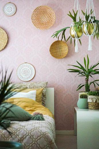 Creëer eenheid in je slaapkamer door voor een kleurenpalet te kiezen. Hier zien we roze en groen als hoofdkleur, met een paar accenttinten. Hang mandjes aan de muur en maak het af met plantjes. | Pink bedroom | #bedroom #slaapkamer | Fotografie: Lotte Wullems | Styling: Ilonka Dekkers | Eigen Huis & Tuin