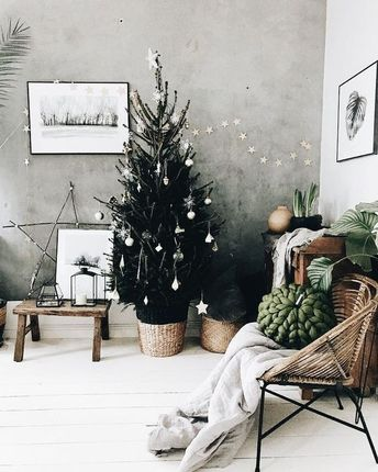 These easy Christmas decorations are contemporary and chic. #christmasdecor #easychristmasdecorations #christmasdecorations