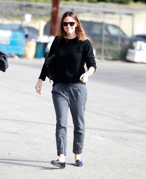 Jennifer Garner runs errands.
