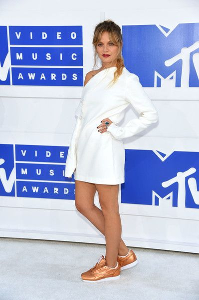 Tove Lo attends the 2016 MTV Video Music Awards.