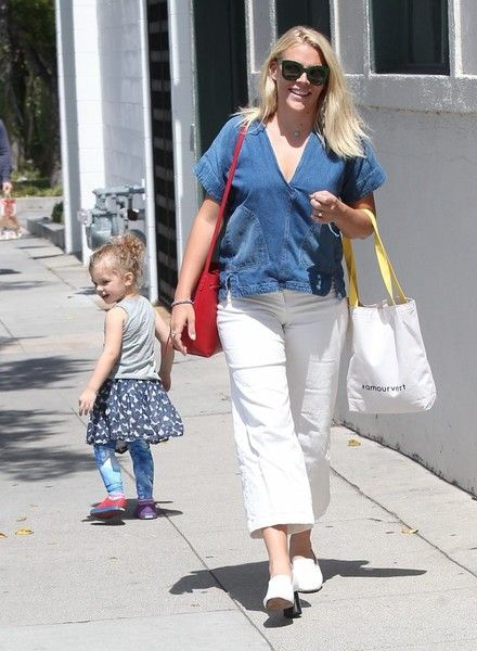 'Cougar Town' actress Busy Philipps goes shopping in Beverly Hills with daughter Birdie Silverstein.