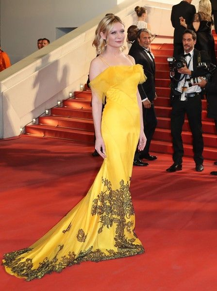 """US actress and member of the Jury Kirsten Dunst poses as she arrives on May 20, 2016 for the screening of the film """"The Neon Demon"""" at the 69th Cannes Film Festival in Cannes, southern France.  / AFP / Valery HACHE"""
