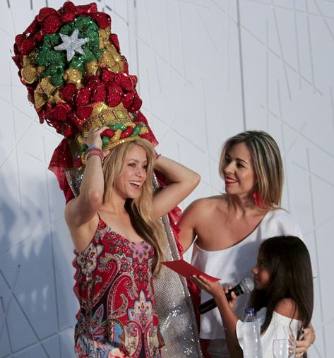 """Colombian singer Shakira receives the Congo's hat of the Barranquilla's Carnival from her fans during a press conference in Barranquilla, Atlantico department, Colombia, on May 21, 2016..Shakira is in the city to record a video for the song """"La Bicicleta"""" (The bicycle) -in which she performs with Colombian singer Carlos Vives. / AFP / JOSE TORRES"""