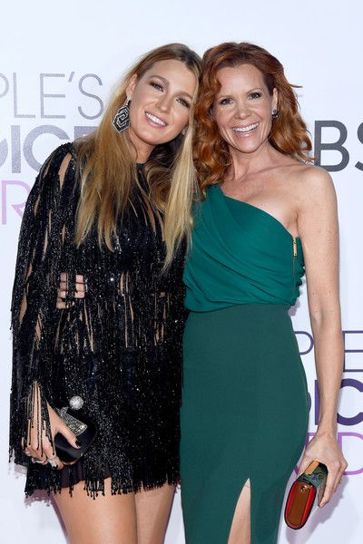 Actresses Blake Lively and Robyn Lively attend the People's Choice Awards 2017.