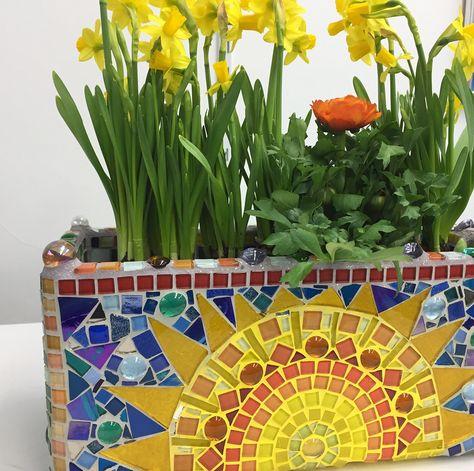 Sonne ☀️ & Frühlingsblumen💐 #sun #flowers #spring #yellow #blue #mosaic #selfmade #nofilter #fun #loveflowers #mosaicartist #florist #funwithcolors #artatelier #swissmade #art #decoration #😊