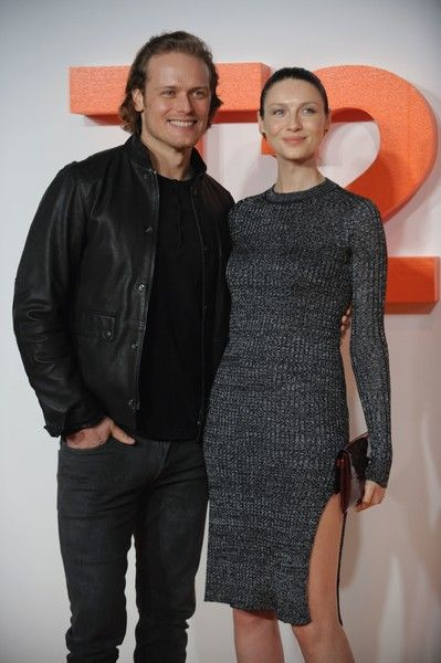 Irish actress and model Caitriona Balfe (R) poses with British actor Sam Heughan (L) on the red carpet arriving to attend the world premiere of the film T2 Trainspotting in Edinburgh on January 22, 2017. / AFP / Andy Buchanan