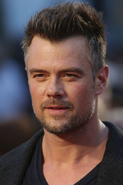 US actor Josh Duhamel poses arriving on the red carpet for the European Premiere of the film Deepwater Horizon in London on September 26, 2016. / AFP / DANIEL LEAL-OLIVAS